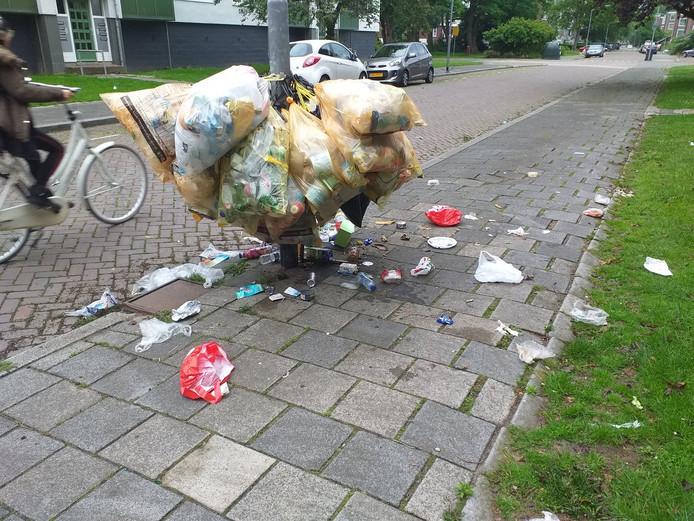 Gisteren was het weer raak: Roger Wagemans trof bergen troep aan op straat in zijn wijk Crabbehof.