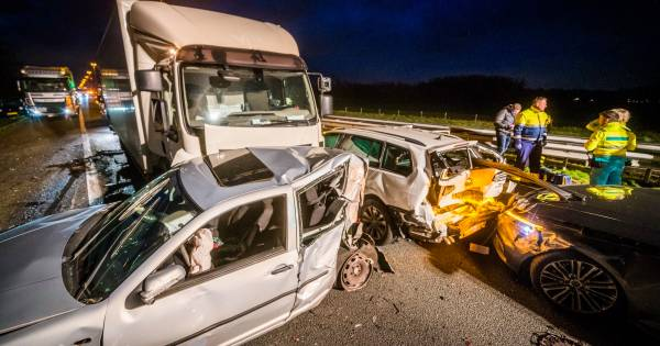 Ongeval op A58: vrachtwagenchauffeur aangehouden en twee personen ter controle naar ziekenhuis.