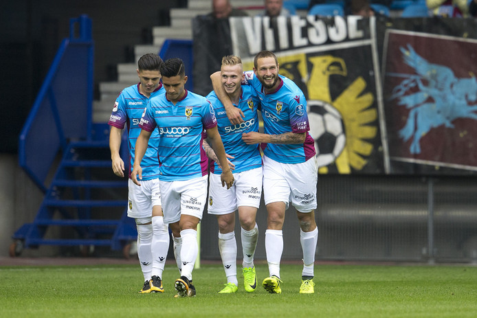 De laatste competitiegoal van Vitesse. Tim Matavz (rechts) is de held in het duel met VVV. Later scoort Clint Leemans de 999ste treffer in eredivisieverband in GelreDome.
