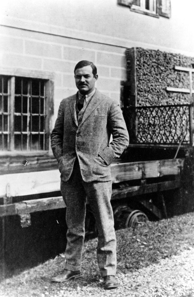 Ernest Hemingway in 1924 voor zijn huis in Parijs. Beeld Getty