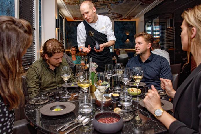 Chef-kok Thijs Berkers geeft uitleg over de amuse die hij zojuist heeft geserveerd.