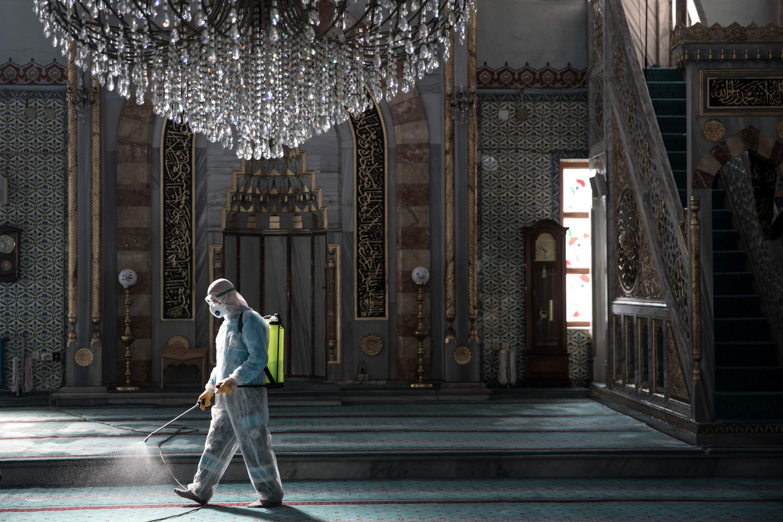 Disinfectie van een moskee in Istanbul