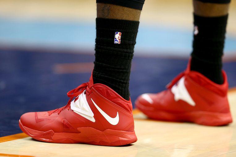 Uit protest tegen de uitlatingen van Donald Sterling droegen veel basketballers de voorbije dagen zwarte sokken. Beeld afp