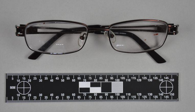 De bewuste bril zat onder de bloedsporen.