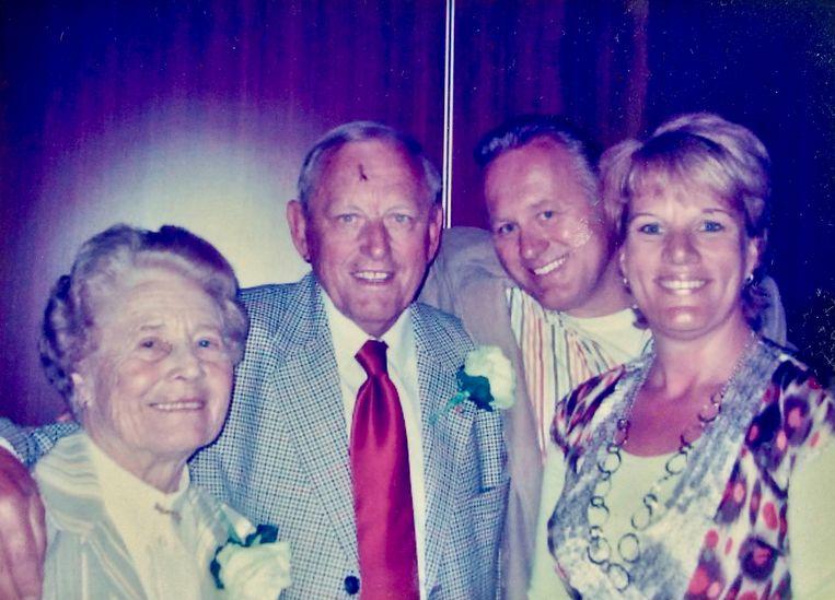 Jan Pronk met zijn vrouw Tiny, zoon Jan en schoondochter Corine. Beeld