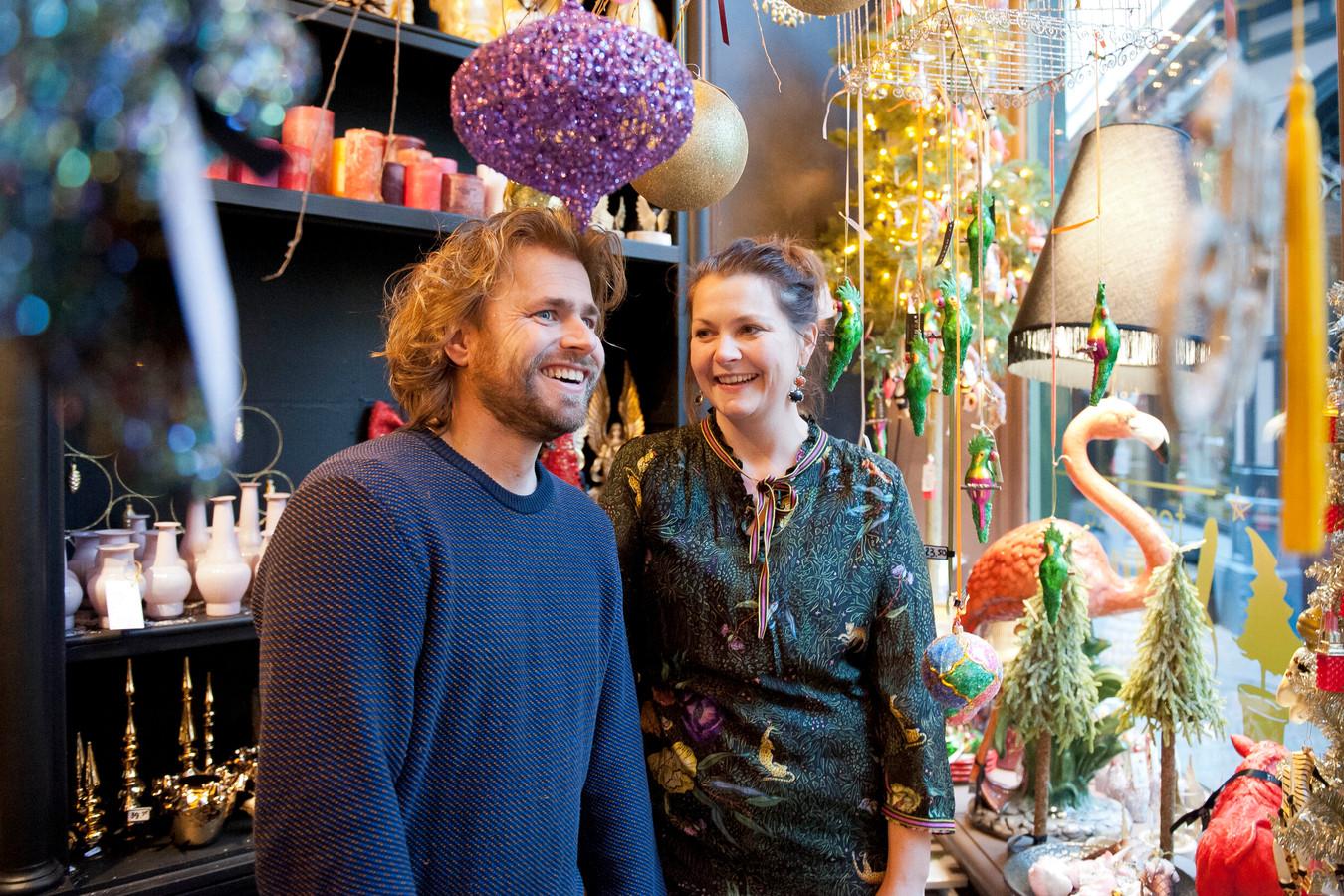 Bastiaan Hutten en Barbara Bijenhof in de speciale kerstwinkel van Ten Kate in Deventer.