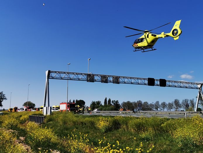De traumahelikopter landt op de A12 bij Zevenaar. Een bestuurder is onwel geworden en van de weg geraakt.