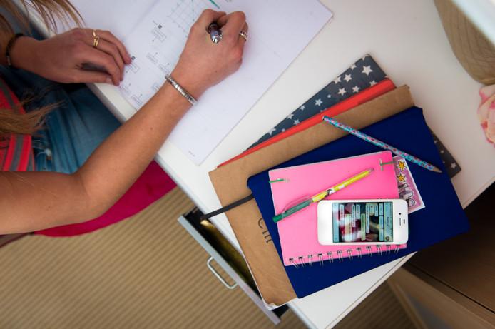 Huiswerk maken en een mobieltje gaan niet altijd samen. Leergeld Deventer wil met de scholen samen huiswerkbegeleiding gaan bieden.