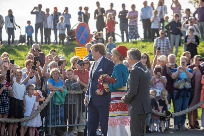 Koning Willem-Alexander en koningin Maxima op bezoek in de haven van Bruinisse.