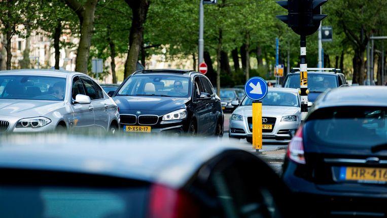 Auto's in centrum van Amsterdam. Kan de lucht in de stad schoner worden door met reuzenstofzuigers fijnstof te verwijderen? Beeld anp
