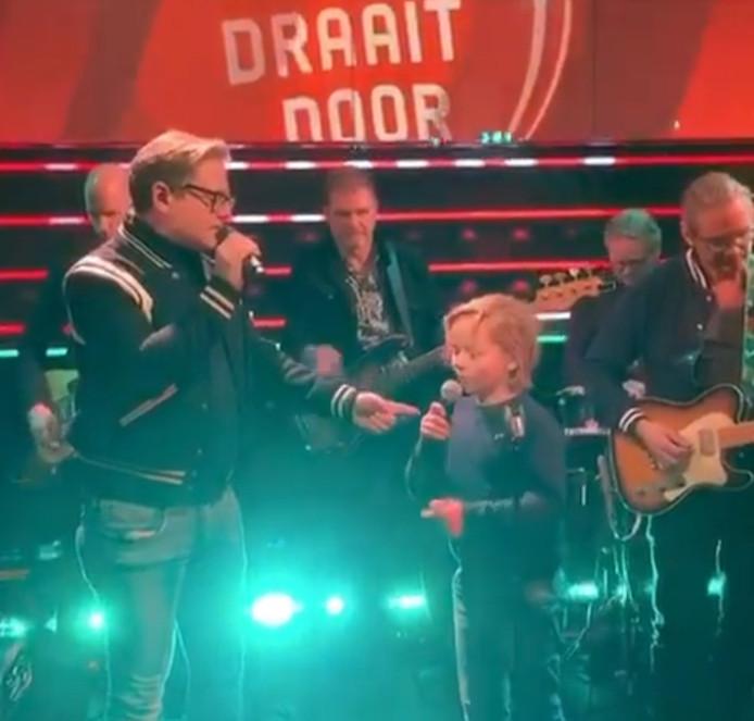 Guus Meeuwis zingt 'Nacht' met zijn zoon Jules (9) in DWDD.