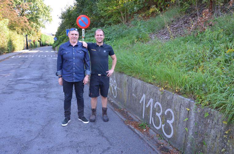 Guy Van De Velde en Bram De Brauwer bij één van hun 1133-markeringen aan de achterkant van het station van Lokeren.