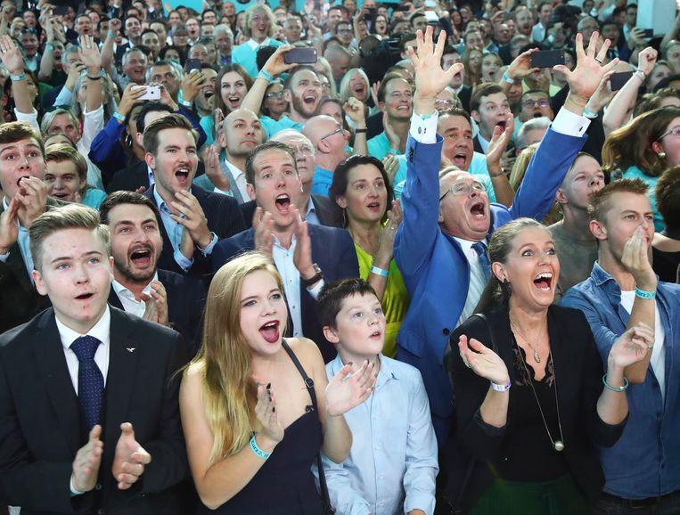 Aanhangers van Sebastian Kurz reageren zondag in Wenen op de gunstige exitpolls voor zijn partij. Beeld null