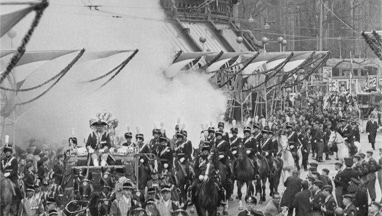 Rookbommen verstoren de rijtour van de Gouden Koets tijdens de kroning van Beatrix. Beeld anp