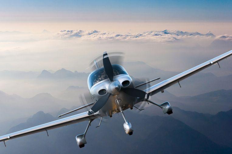 Er is een crash met een klein vliegtuig gebeurd in de buurt van Dubai International Airport.