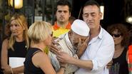 Papa van kleuter (3) die omkwam bij aanslag Ramblas omhelst imam