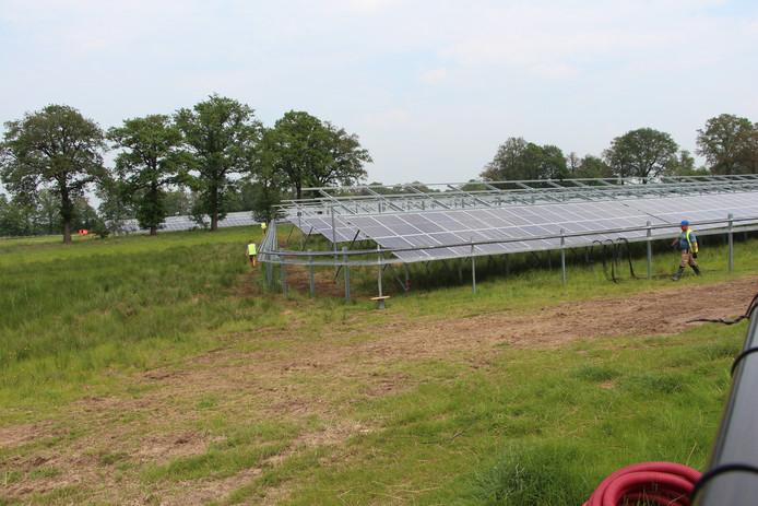 Nabij de Deventer Kunstweg wordt aan de noordhoek van bedrijventerrein Laarberg gewerkt aan het zonnepark van provider Ikaros.