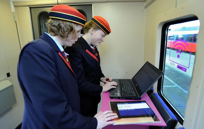 NS-medewerksters maken gebruik van internet in de trein.