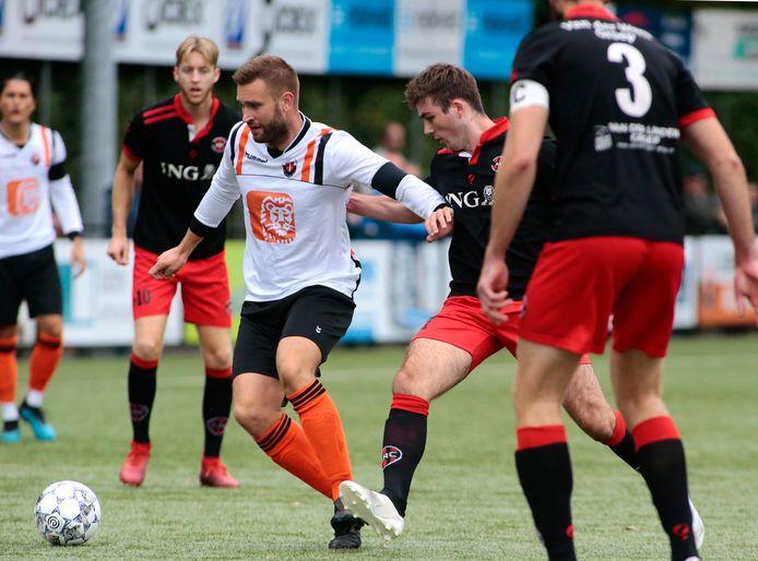 Stefan den Horder aan de bal tegen zijn oude ploeg ARC.