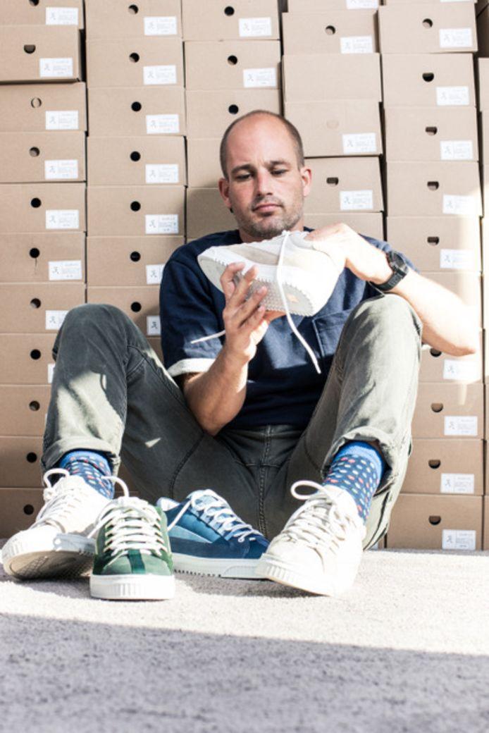 Olivier de Jonge Oudraat (38) op zijn zolderkamer in Hoograven tussen de 240 zelfontworpen schoenendozen.