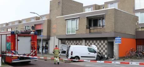 Bestelbus ramt woning in Lelystad