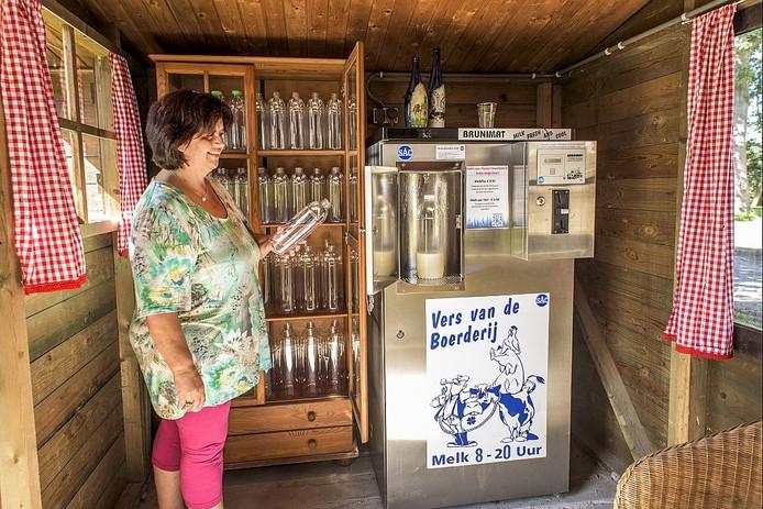 In een leegstaand chaletje bij hun boerderij aan de Wielse Hoeve heeft de familie Buijs een tap geïnstalleerd voor de verkoop van rauwe, onbewerkte melk.