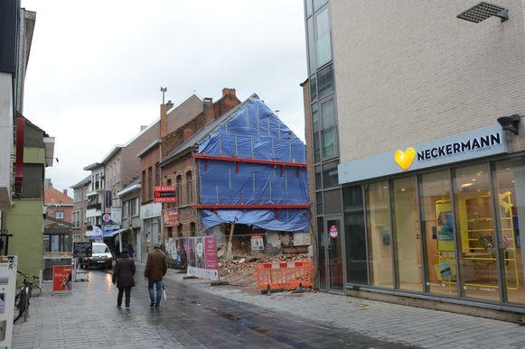 Door de vele bouwwerven in de Vrasenestraat zijn er ook heel wat gevels en bijgevolg verlichtingsarmaturen verdwenen.