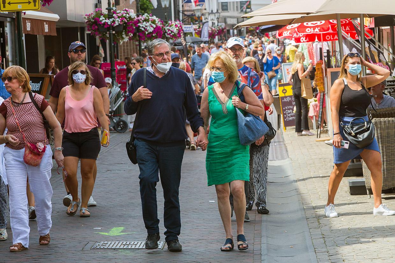 Veel Belgen dragen mondkapjes in het Zeeuwse Sluis, Nederlanders niet en dat botst. Beeld Arie Kievit