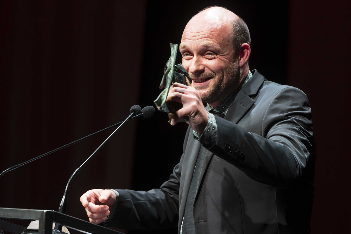 Mark Kraan toont ontvangt de Arlecchino, de toneelprijs voor de meest indrukwekkende bijdragende mannenrol. De VSCD Toneelprijzen worden traditiegetrouw uitgereikt in de Stadsschouwburg Amsterdam op het Gala van het Nederlands Theater.