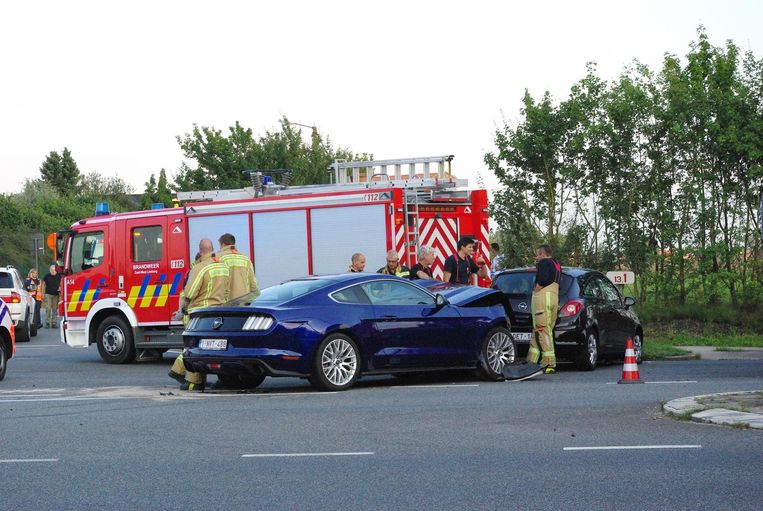 De Ford Mustang botste in de flank van de Opel Corsa.