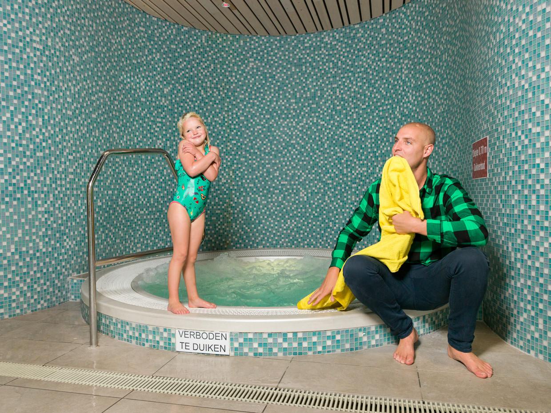 Zwemmer Maarten van der Weijden met zijn dochter in zwembad bij Oosterhout. Beeld Ivo van der Bent