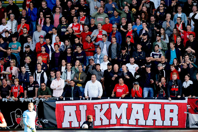 Supporters van AZ tijdens het duel van hun ploeg afgelopen zondag met FC Groningen. De wedstrijd werd gespeeld in Den Haag, omdat AZ het eigen stadion wegens het gevallen dak niet kan gebruiken. Vanavond wijkt AZ uit naar Enschede.