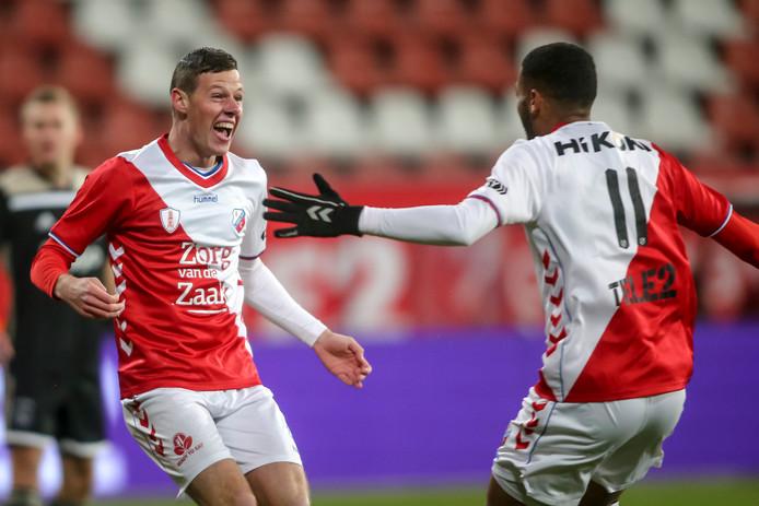 Nick Venema (links) en Sylla Sow juichen na een treffer van Jong FC Utrecht tegen Jong Ajax.