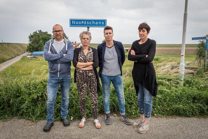 Jacobien van den Dorpel, Mirelle Minning, Janneke Vos en Arjan Fierloos wonen in buurtschap Roelshoek bij Krabbendijke. Zij en drie andere buren willen zo snel mogelijk worden uitgekocht door TenneT zodat ze verder kunnen het hun leven.