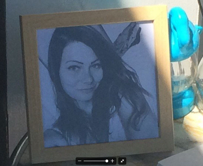 Een foto van Laura Korsman bij het condoleanceregister, dat voor haar werd neergelegd bij de deur van haar studentenhuis in Utrecht.