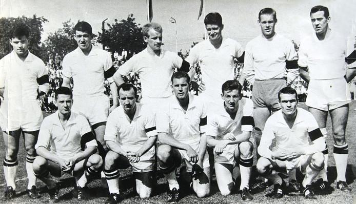 NAC in september 1962. Staand v.l.n.r.: Theo Laseroms, Jan van Hoogenhuizen, Adri Pelkmans, Kees Kuijs, Peter van der Merwe en Daan Schrijvers. Knielend: Wim Groenewegen, Kees Rijvers, Leo Canjels, Jacques Visschers en Hein van Gastel.