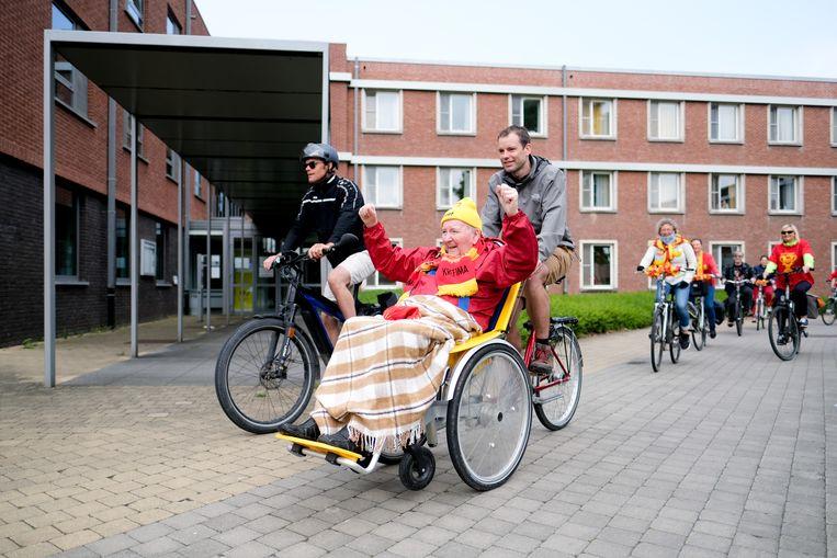 Bewoner van RVT Sint-Elisabeth en KV Mechelensupporter Georges trekt met een rolstoelfiets naar de Heizel voor de bekerfinale.