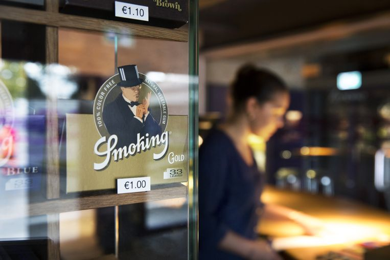 Inkoopster Maartje van de coffeeshop test zelf de kwaliteit van de wiet: 'Ik denk aan mijn klanten, ik wil geen rotzooi in een zakje verkopen'. Beeld Ton Toemen