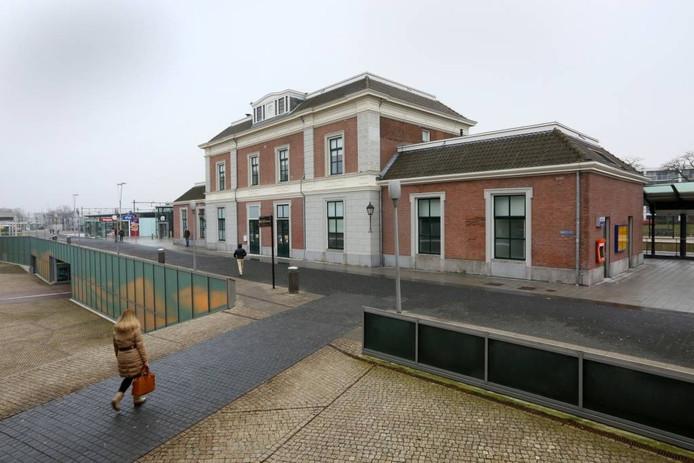 Op weg naar het monumentale station van Apeldoorn stuiten reizigers nu op een dichte deur. Drie Apeldoornse erfgoedverenigingen werken aan plannen voor een heropening van het gebouw.