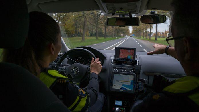 De politie mag ook bij een doorgetrokken streep inhalen, om bijvoorbeeld verkeerscontroles uit te voeren.