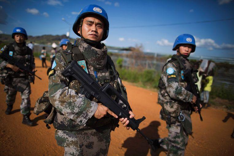 Chinese blauwhelmen lopen een patrouille in Zuid-Soedan. Beeld AFP