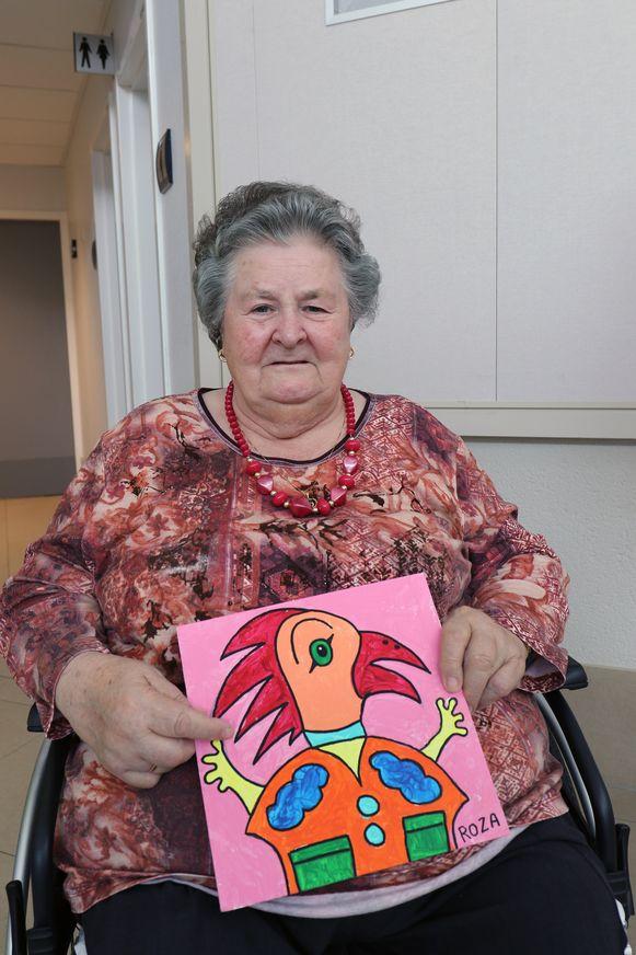 Roza Vos toont haar kunstwerkje.