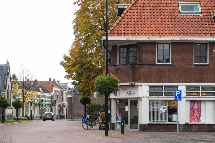 Het pand van Salon Albert, van voormalig Kapper Ten Asbroek, staat te koop. Twee decennia geleden weigerde hij het Amsterdamse school-ontwerp van architect Schilderman te verkopen om het Marktpassageplan mogelijk te maken.