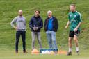 """Adriaan Visser (tweede van rechts) bevestigt dat PEC Zwolle in de coronacrisis geen centen gaat uitgeven aan spelers of voor de aanleg van het natuurgrasveld: Dan kan ik naar al die mensen die ons nu zo geweldig steunen simpelweg niet maken."""""""