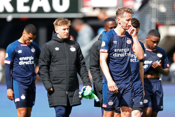 De spelers van PSV druipen af na de nederlaag tegen AZ.