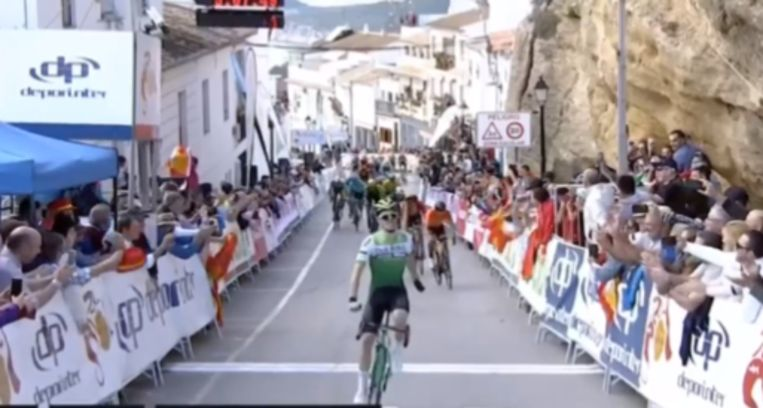 Serrano bolt over de finish.