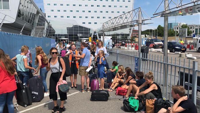 Mensen lopen flinke vertraging op bij Eindhoven Airport