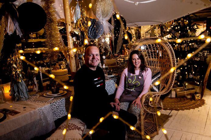 Eigenaar Remco Gorkink en styliste Simone van Bosheide in de Apeldoornse vestiging van Intratuin, die helemaal kerst ademt. Goud is dit jaar weer helemaal terug.