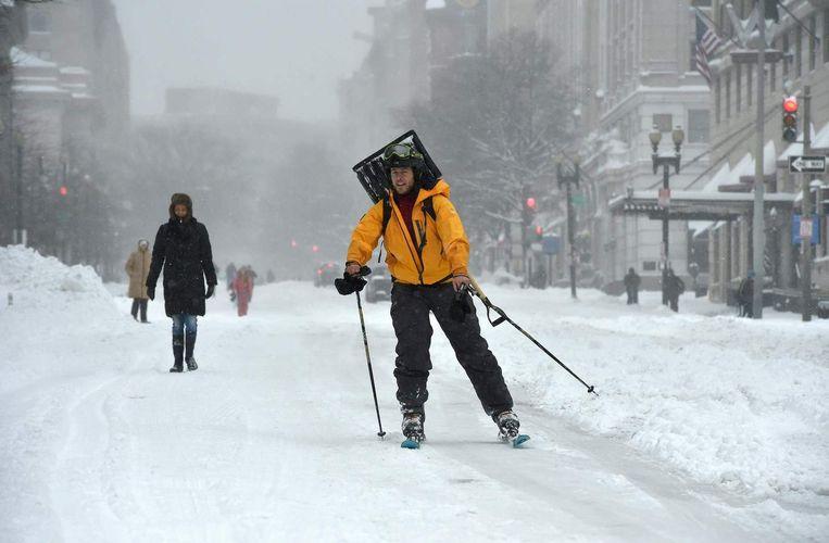 Een man op ski's in het centrum van Washington. Beeld afp