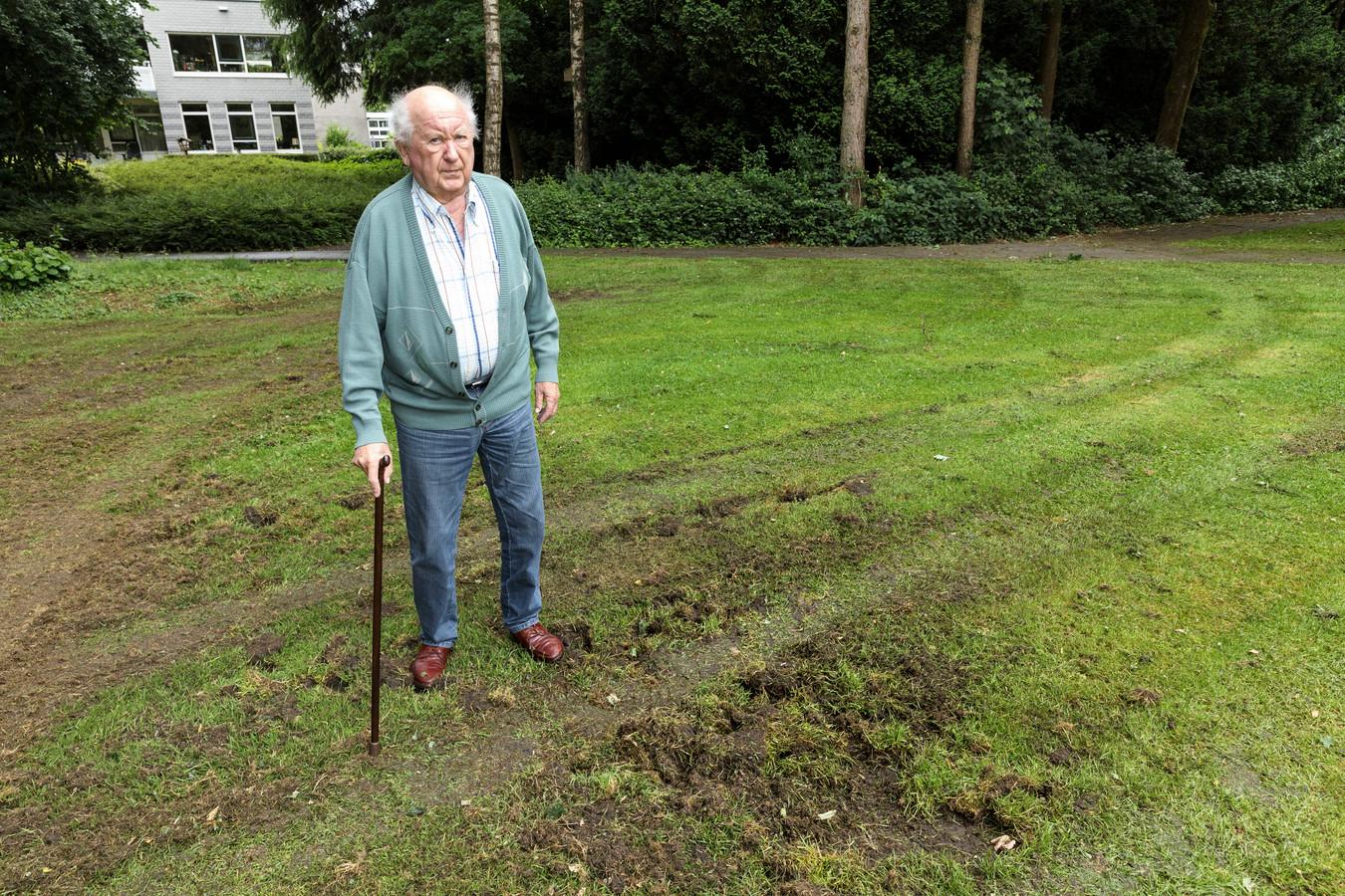 Henk Wagenvoort bij de sporen die wilde zwijnen hebben achtergelaten in het Stationspark.